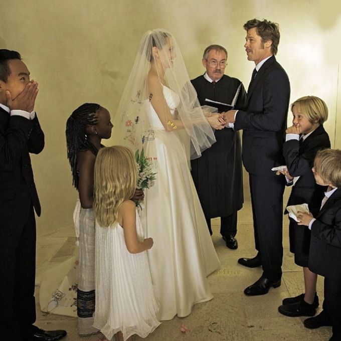 Brides.com: . Angelina Jolie and Brad Pitt: The Bride's Kid-Graffiti Veil. We know Brad Pitt and Angelina Jolie are 1) hardly traditionalists and 2) obsessed with their kids, but they included their six children in their French wedding in a very cool way. Along with a traditional antique lace-and-silk Atelier Versace gown, Angelina wore a veil featuring embroidered versions of illustrations drawn by her children.