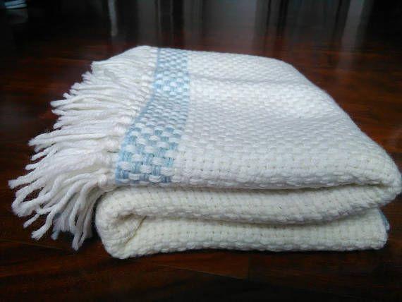 Copertina di lana celeste e avorio tessuta al telaio