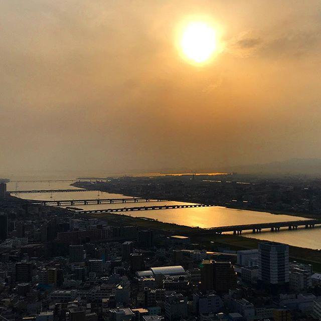 Река Ёдогава и Осакский залив в предзакатный час когда город окутало пыльным облаком пришедшим из-за моря.