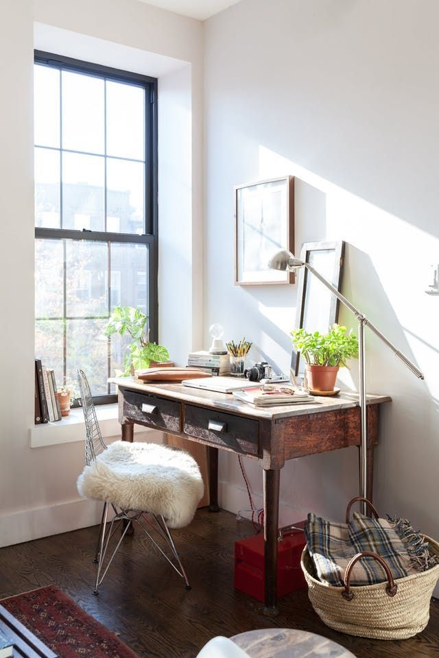 Are you looking to carve out a small little spot in a corner of your living room or dining room (or maybe even bedroom) for a work or hobby space? Just a little bit of room that's all for you to flex your creative muscles? You might find inspiration for what should be in that corner from this beautifully appointed home office set-up. #zz #zwyanezade