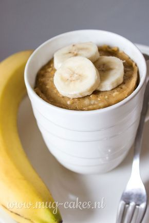 Leren hoe je een havermout mug-cake (cake in mok) met banaan maakt? Bekijk hier het recept en maak binnen enkele minuten in de magnetron een mug-cake!