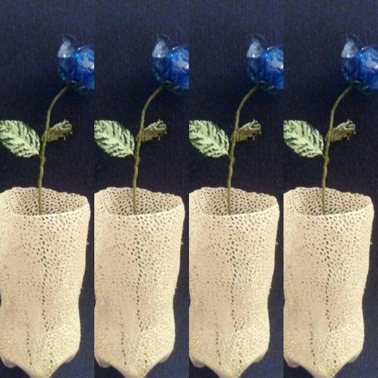 Vaso bianco traforato a mano con rosa blu