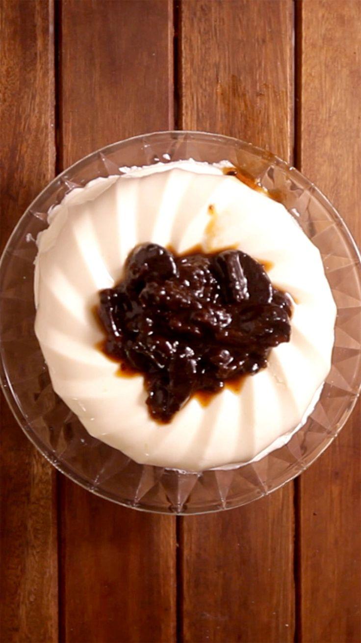 Esse manjar de coco com calda de ameixas é uma delícia.
