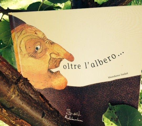 OLTRE L'ALBERO… di Mandana Sadat Edizioni Artebambini  Oltre l'albero. Oltre ciò che non vedo e mi incuriosisce. Oltre ciò che intravedo e mi spaventa. Oltre la paura. Oltre il silenzio. Continua su http://gallinevolanti.com/2014/10/oltre-lalbero/