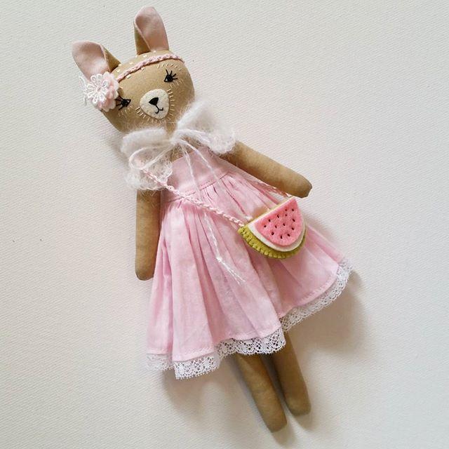 I just couldn't send this girl on her way without a watermelon bag! #clothdoll #clothdollartist #dollmaker #handmadedoll #fabricdoll #handmade #heirloomdolls #ooakdolls #customclothdoll #handmadetoys #nurserydoll #deer #deertoy #deerdoll #fawn #fawndoll #fawnclothdoll #bambi #woodlandanimals #woodlanddoll #woodlandtheme #woodlandtoys #madeinaustralia #madewithlove #deerdarlingdolls