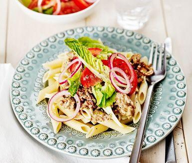 En roligare variant av klassisk köttfärssås är köttfärs blanco. Timjan och pressad vitlök sätter smak på den ljusa köttfärssåsen med grädde och föredrar du en starkare smak, tillsätt en klick dijonsenap. Tillsammans med nykokt pasta och en fräsch sallad är middagen redo att serveras.