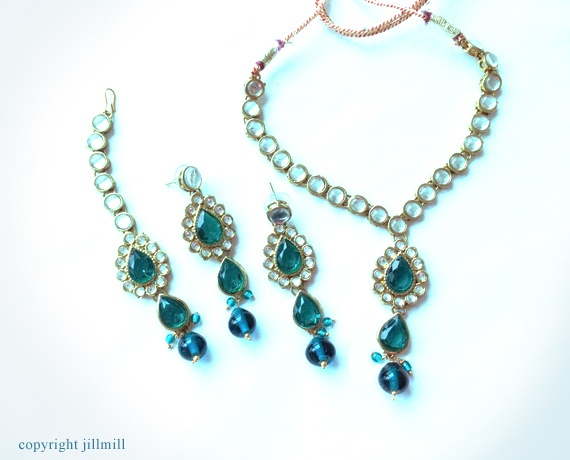 Contrasting tones of teal blue stones and white kundans are on gorgeous display in this elegant set.