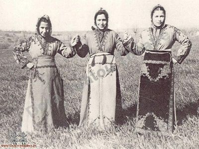 Κορίτσια από το Σιβρί-Χισάρ Καππαδοκίας με την τοπική ενδυμασία. Φωτογραφία: Θέατρο «Δόρα Στράτου»