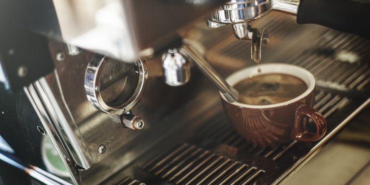 Kávičkári dnes zažívajú zlaté časy. Nielen, že skvelú kávu už nájdeš na každom rohu, no vďaka trendom zo sveta tu máme aj výberové zrná a alternatívne prípravy. Ako je to však s pitím kávy a zdravím? Sú v nej obsiahnuté látky prospešné alebo náš život skracujú?
