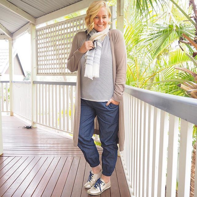 Today's #everydaystyle ... a chilly one in Brisbane with the sun not showing itself until the afternoon. I popped on the heating when I could no longer feel my fingers. Please don't laugh my southern style sisters. The struggle is real. 😂😂Wearing: @birdnestonline Bird Keepers cardi and tee; @katiesfashion scarf; @surafina pants {follow the link in profile for links to all these} and @frankie4footwear JENNi sneakers. #sywintercolour