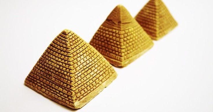 Objetos que se parecem com pirâmides. Pirâmides e tetraedros são formas tridimensionais que variam de forma básica e número de lados correspondentes. Por exemplo, uma pirâmide que tem três lados triangulares em cima de uma base triangular é classificada como uma pirâmide triangular. De forma semelhante, uma pirâmide que tem uma base de quatro lados sob quatro lados triangulares é ...