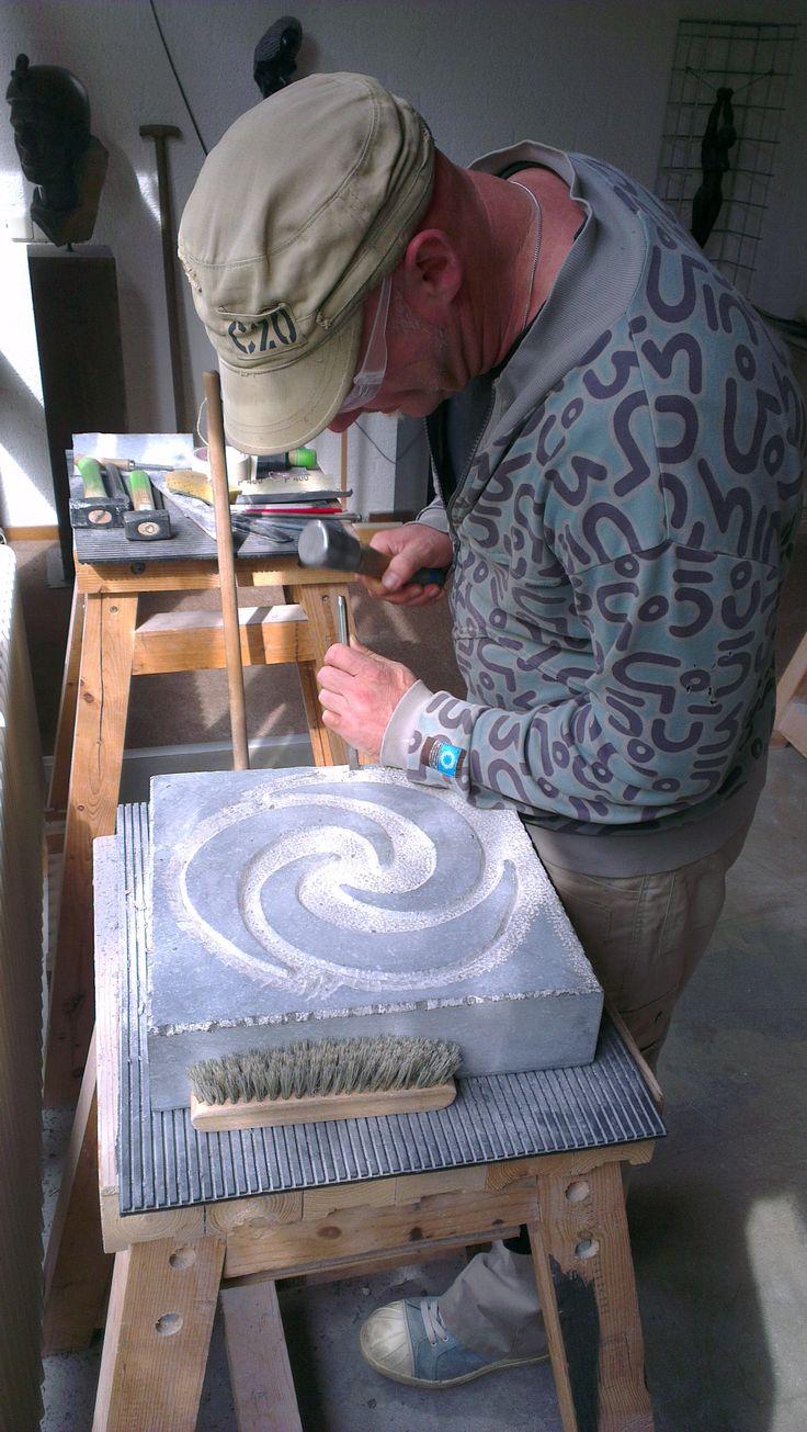 2014 08 15 16.34 uur Beeldhouwer André van Veghel werkt aan het uitkappen van de vierde Keltische symboolsteen van het Weverslabyrint. Beeldhouwer: Andre van Veghel (www. AtelierVandré.nl).