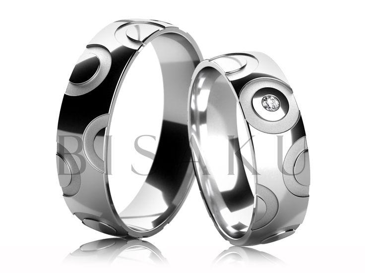 4648 Snubní prsteny z bílého zlata v lesklém provedení, jejichž povrch je po celém obvodu zdoben výřezy ve tvaru obrysu kroužků a polokroužků, které jsou v matném provedení (pískování). Dámský prsten je zdoben jedním kamenem. #bisaku #wedding #rings #engagement #svatba #snubni  #prsteny