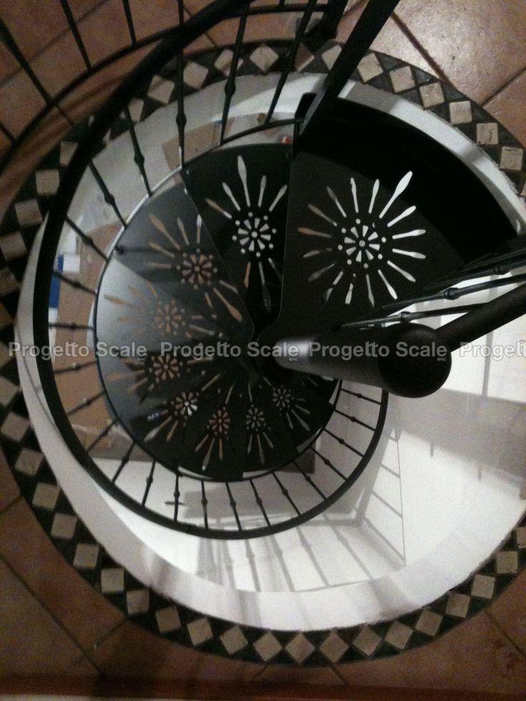Scala a chiocciola in metallo black con gradini di design.