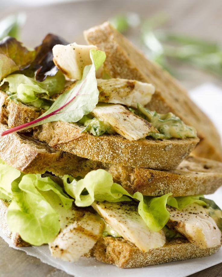 Deze club sandwich is heerlijk en gezond! Met gegrilde kip en een lekkere salsa verde met verse kruiden is dit ideaal als lichte lunch.