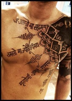 Tatuaje en hombro, pecho y brazo de un mandala y otros motivos budistas/hindues