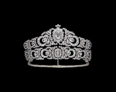 This tiara belonged to Marianna Hapsburg Teschen, daughter of Frederick of Habsburg Teschen and Isabella of Croy, and it was a wedding gift from her husband. The tiara is a creation of the Viennese jeweler Moritz Hübner, is in gold, silver and diamonds. Today is part of a private collection in Tokyo.