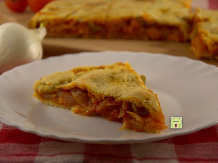 Torta salata di frolla cipolle e pomodori ricetta facile gusto deciso: un guscio di frolla ripieno di cipolle e pomodori