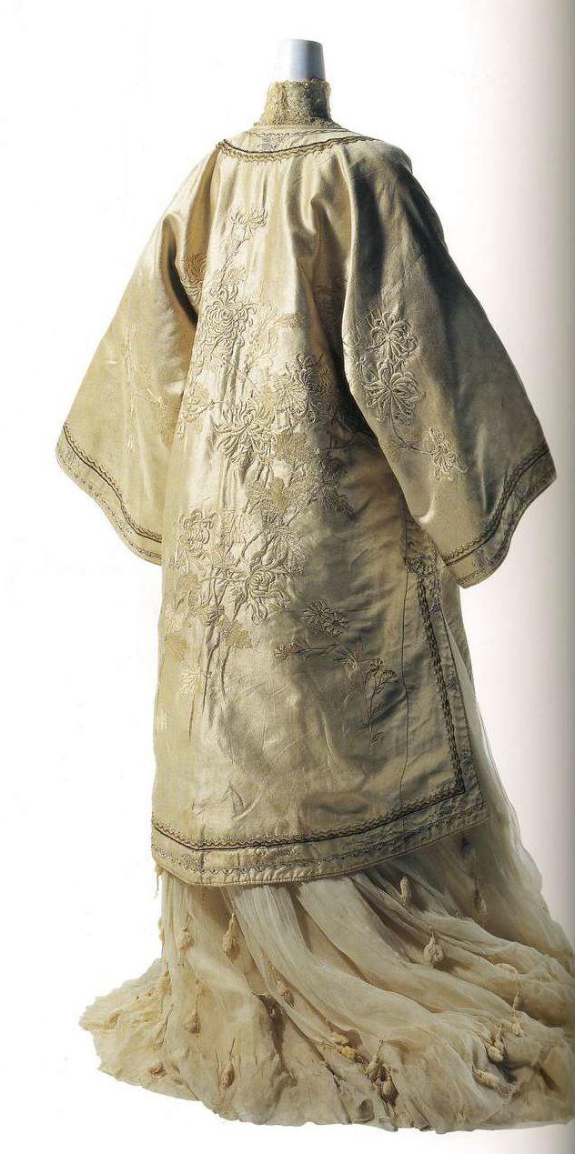 Театральное манто. Иида Такасимая, около 1900-1903, Япония. Белый шелковый атлас с подбивкой, вышитый узор в виде белых хризантем и волн вдоль застежки спереди, на рукавах, плечах и вокруг круглого воротника, рукава-кимоно, разрезы по бокам, застежка спереди на китайские узлы, стиль халата мандарина.