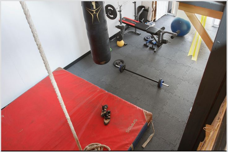 La piccola palestra in casa con le attrezzature su misura adattate individualmente ed il pavimento elastico WARCO con le eccellenti proprietà ammortizzanti che è ottimale per gli esercizi!