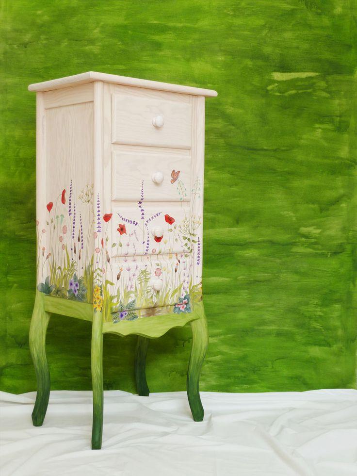 Bureau de madera maciza tintado en blanco y customizado con flores silvestres. Barnizado en mate. Anchura: 49 cm Profundidad: 33 cm Altura: 105 cm Con este mueble he intentado transmitir la sensaci…