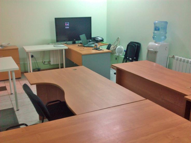 Старый офис в подвале. Если в мае 2012 нас работало трое в 22 кв. м, то в сентябре — уже 8 человек. Днем приходилось выносить столы в соседний спортзал и работать там, а вечером заносить обратно.