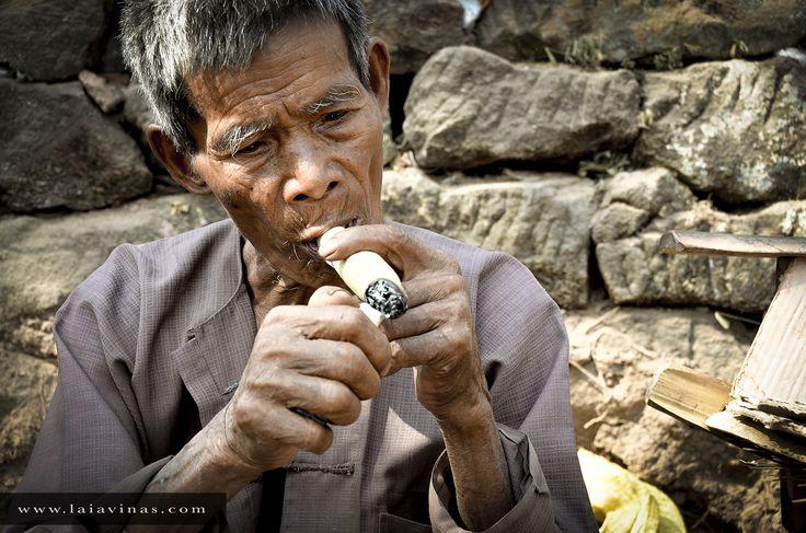 Este hombre se lia sus propios siporis… tamaño e intensidad a gusto del consumidor.