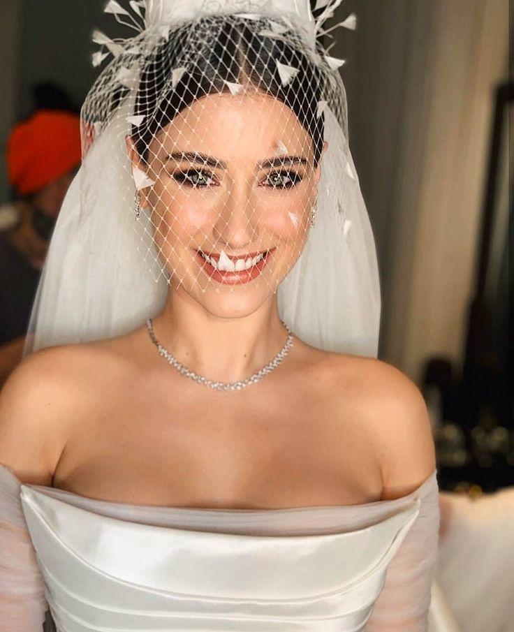 foto-hazal-kaya-v-svadebnom-plate
