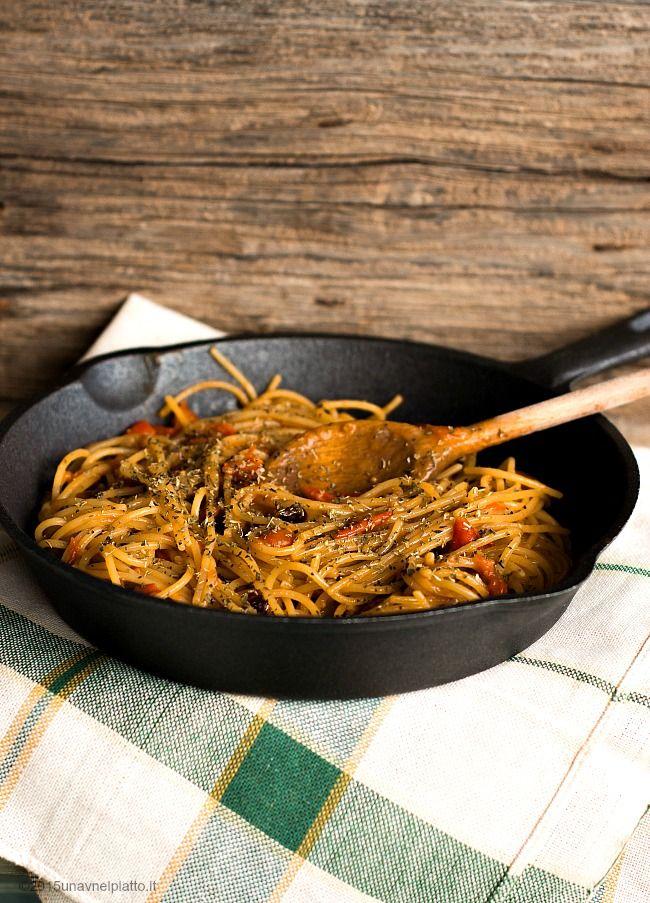 """Nominata la pasta super… Quindi oserei dire non il classico spaghetto al pomodorino fresco  Scherzi a parte, super lo è nonostante la sua semplicità, ed io quindi vi mostro il modo in cui io preparo di solito la """"classica"""" pasta risottata al pomodoretto e aglio fresco. Tocchi miei personali per renderla gustosa, saporita, cremosa …"""