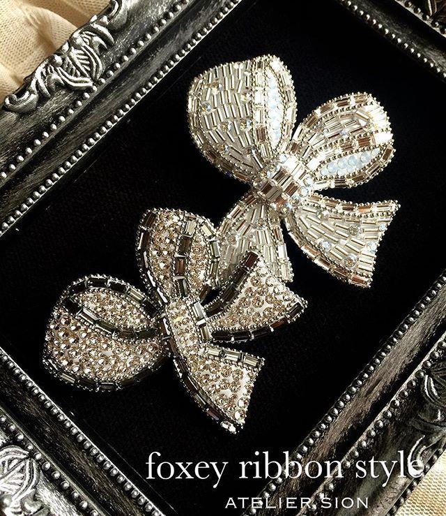 【Foxey ribbon style】 フォクシーブローチのデザインで、 スワロフスキーと竹ビーズを使って仕上げました。 初夏に向けて、帽子のアクセントにもピッタリです。 #グルーデコ #グルーデコ® #スワロフスキー