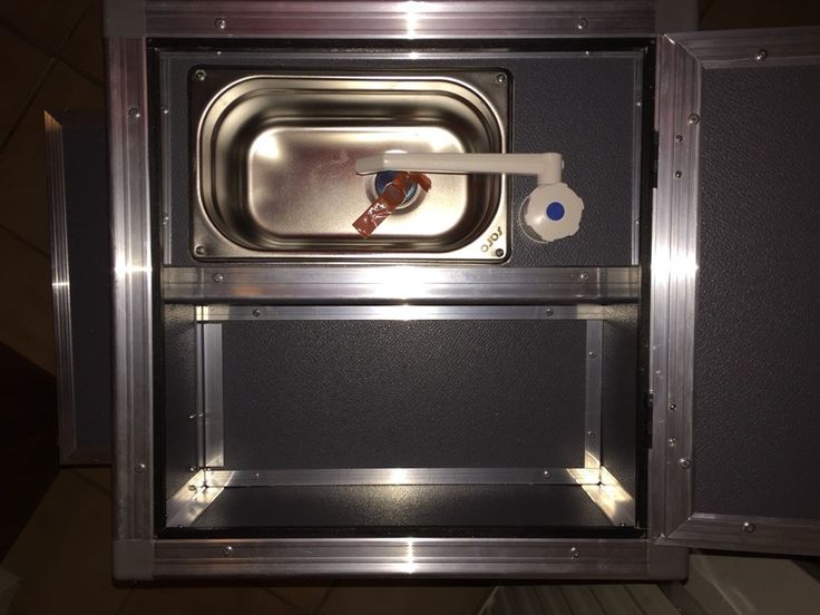 Die Kleine Campingküche vom Typ 3 hat kompakte Maße (H 85 cm x B 43 cm x T 43 cm) und hat doch viel Platz fürihre Utensilien. Die Küche hat eine Edelstahlspüle und ein versenktes Fach beides unter einem Topfach, ein 12 V Wassersystem mit schwenkbaren Wasserhahn, seitlich platzierte 2 x 5 l Wassertanks undTauchpumpe, ein Schubfach für den Kocher, 2 weitere Schubfächer, einen ausziehbaren Tisch und eine Klappe um die seitlich platzierten Tanks zu verdecken, welche individuell für ihr Fahrzeug…