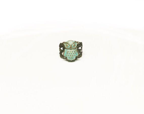 Ring van de uil, uil-sieraden Patina sieraden Zuidwestelijke juwelen  _____________________________________________________________________________  Uil ring in een rustieke en patina palet, hand vervaardigd met polymeerklei en ingesteld op een (lood en nikkel vrij) verstelbare filigraan fanfare. Het heeft een semi gloss finish om de uil. U kunt gemakkelijk schijnen omhoog uw brass ring met een klein beetje zuiveringszout gemengd met water te maken een pasta, omzeilen de ring met de…