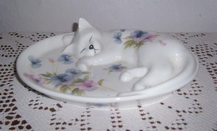 """Fine Bone China Decorative 3D sleeping cat plate   с элегантным цветочным дизайном  """"Classique Китай"""" по МОДУС  стаффордширский Костяной фарфор  сделаны в Англии  Длина 24 см, Ширина 19см"""