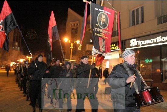 Via Laurent Brayard  Défilé de néonazis du #PravySektor, #Ukraine brune