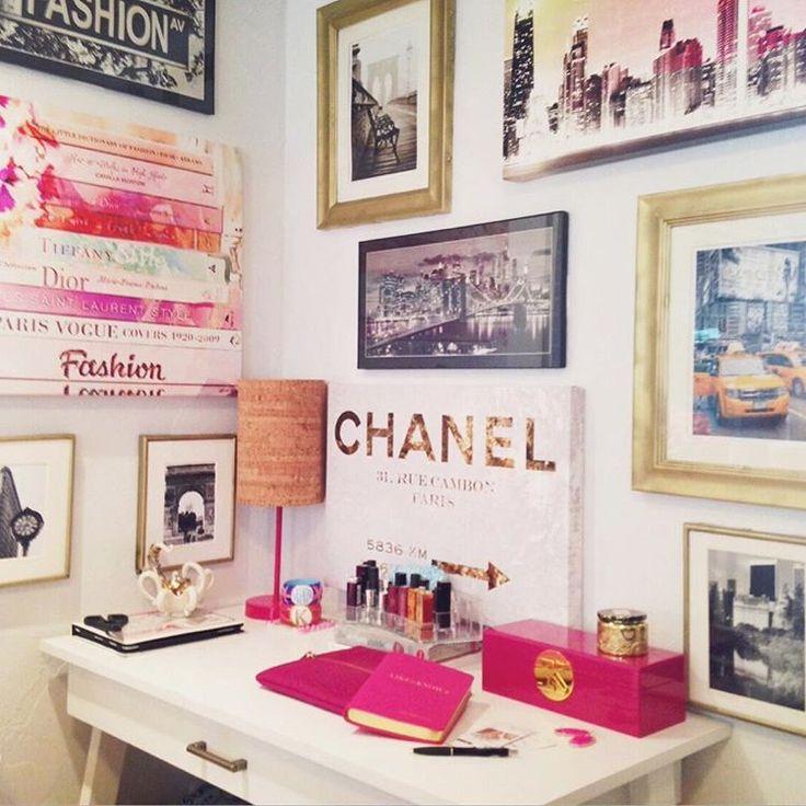 Decoração da parede e da escrivaninha.