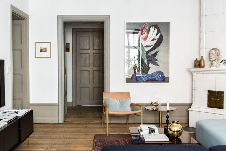 Высокие потолки, лепнина, старинная печка с одной стороны и минималистичная мебель, современные картины с другой — интерьер этой квартиры в Стокгольме построен на контрастах. Но это тот случай, когда противоположности притягиваются и стилистическое решение здесь полностью оправдано. Цвет велюрового дивана просто бесподобный, а детали и декор задают тон и настроение этому жилью. Очень достойно!