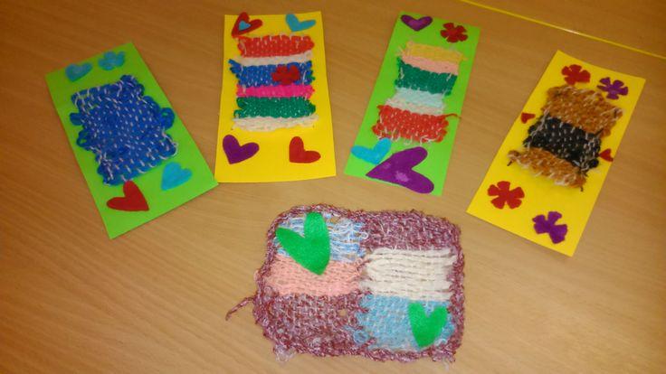 Tkaní na destičce. Hotový produkt přišít na tvrdý barevný papír a ozdobit srdíčky, květinami z plsti.Vznikne záložka do knihy nebo podložka pod hrnek.