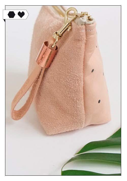 Make-up Bag Polka Dots (Eve and Adis): Make-up Tasche aus pflanzlich gegerbtem Bio-Echtleder. Punkte sind handbemalt. Vorderseite Glattleder, Rückseite Wildleder. 23 x 14 cm; Lederanhänger mit Kupferelement. ECO/SOCIAL/*57€*