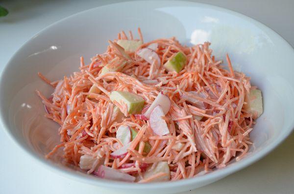 Deze heerlijke wortelsalade smaakt geweldig bij de BBQ.