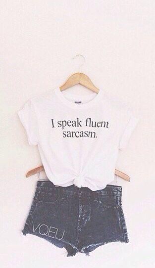 Esta es una camiseta. La camiseta es blanca. La llevo para escuela.