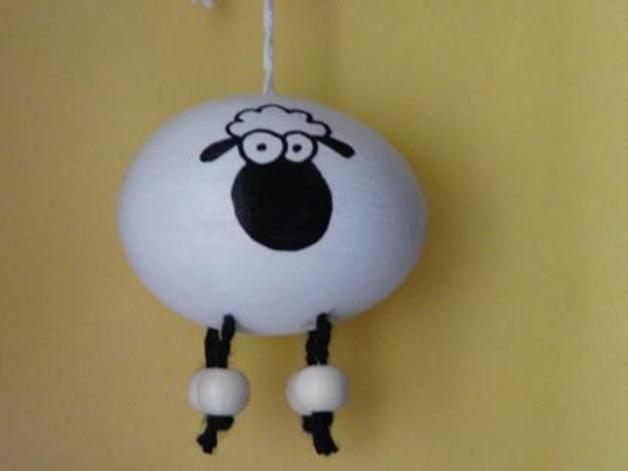 ..verträgt sich sehr gut mit den schwarzen Schafen, man kann diese ohne Bedenken nebeneinander hängen ;)  Es handelt sich um ausgepustete Eier (keine Kunsteier). Zum Dekorieren eures...