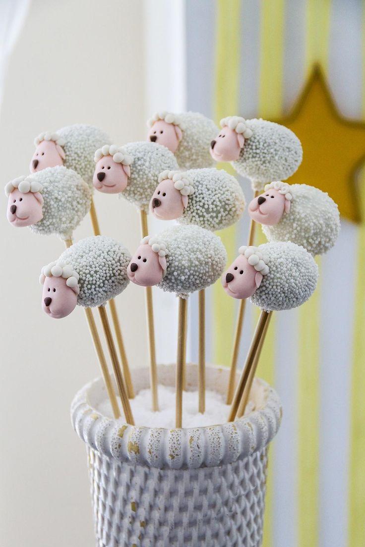 """Os """"cakepops"""" (bolos no palito) ganharam formato de ovelhinhas, neste aniversário de um ano inspirado na obra """"O Pequeno Príncipe"""""""