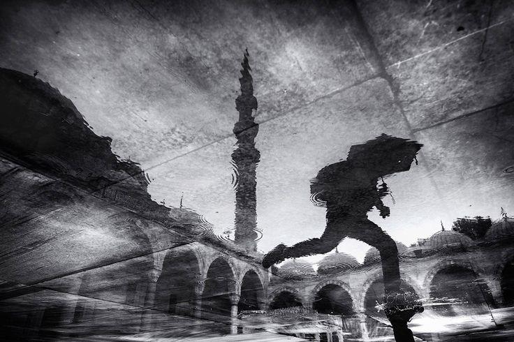 Отражения в дождливый день. (Фото Gül Yıldız | Sony World Photography Awards 2017)