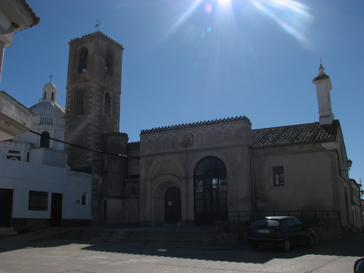 """La iglesia parroquial de San José, en las Huertas de Ánimas, pedanía de Trujillo contiene varios estilos arquitectónicos. Es, como decimos los extremeños, """"mu salaína"""". Había que decirle al ayuntamiento de Trujillo que soterrara el cableado eléctrico para hacer justicia a su encanto."""