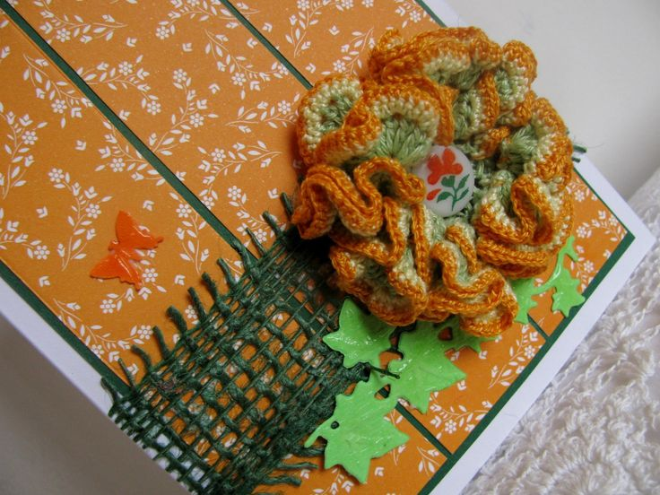 Vůně pomeranče - přání Přání v barvách citrusových plodů a květů je ozdobeno jutovou bordurou, háčkovaným 3D květem, motivem břečtanu a motýlkem. Květ je možné opatrně sejmout (je přilepen gelovou tečkou) a použít k našití na kabelku, k vytvoření brože, na čelenky, k dekoraci dalších předmětů podle vaší fantazie...
