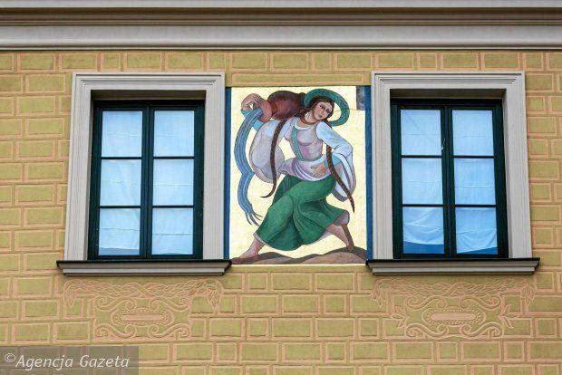 Malowidła wybitnej artystki Zofii Stryjeńskiej na fasadzie kamienicy Pod Lwem przy Rynku Starego Miasta (róg ul. Świętojańskiej) przedstawiają wiejskie dziewczyny z dzbanami. Powstały w czasie akcji ozdabiania polichromiami fasad kamienic wokół Rynku w 1928 r.