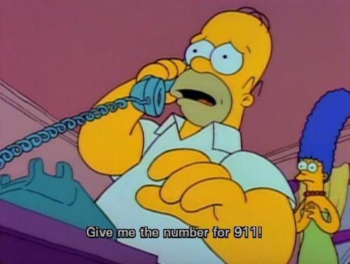 """Cómo cagaron el chiste en audio latino. Homero dice """"Operadora, comuníqueme con el 911"""" y lo traducen como """"Operadora, comuníqueme con la policía"""", lo cual no suena tan gracioso como pedir el número del 911. // Una de mis capturas favoritas."""