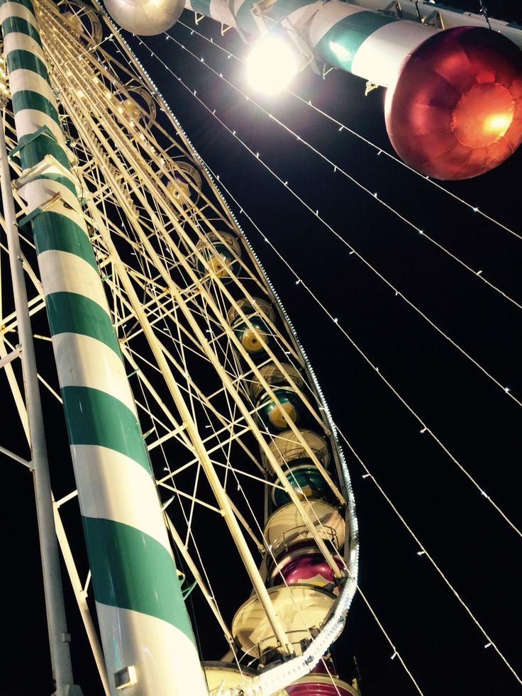 Grande roue en couleur au marché de Noël de Dijon