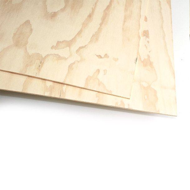 Triplay fabricado con chapas de madera de pino radiata colocadas en forma perpendicular en el sentido de las fibras obteniendo un tablero de alta resistencia. Caras pulidas con lija grano 100. Uso recomendado: Estructura de construcción y/o mobiliario.