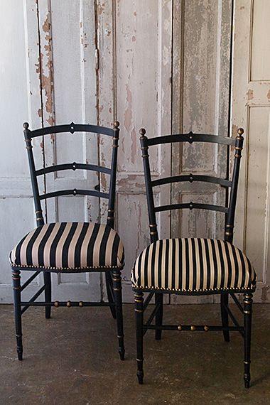 道化師の椅子-antique napoleon Ⅲ style chair ユニークな物言いで観客を笑わせ、反面、物悲しい表情が記憶に残るフランス語でアルルカン、クラウン達の傍らにある様な、ヴィヴィッド・センチメンタルの雰囲気を感じ取って頂ければ嬉しい、ナポレオン3世様式の椅子の中でも珍しいデザインの2脚。黒をベースに、要所ゴールドのリング装飾はややオリエンタルの香りがして、シャンタルゴールドとブラックが対峙した異なる太さの縞生地で下地クッションから張り替えました。2脚共木部に大きなダメージは無く実際お座り頂けますが、華奢なパーツで出来ておりますので過度なご使用にはお薦め出来ません。